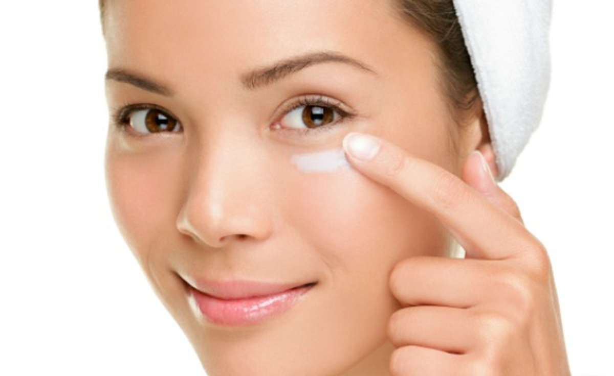 بهترین کرم دور چشم مناسب شما چیست؟
